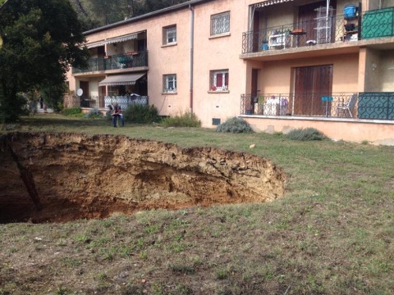 AFFAISSEMENT-TERRAIN-RESIDENCE Luc-en-Provence dans la résidence Saint-Honorat. Un impressionnant affaissement de terrain laissant au pied de la résidence un trou de près de vingt mètres de diamètre