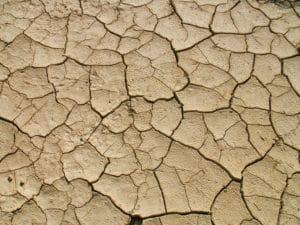 couche d'argile. Une couche d'argile, c'est peut être des argiles gonflantes donc de nature à faire bouger la maison lors des épisodes de sècheresse où l'argile se rétracte fortement. Ceci est très courant.